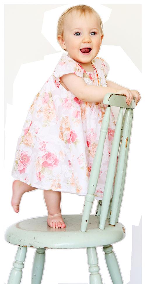 lapsi tuolilla